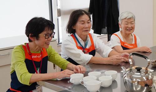 「食育リーダー」は食育活動を進める組合員講師。左から、薄井さん、メイン講師の小下さん、土田さん
