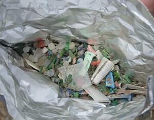 丸いものはレジンペレットと呼ばれるプラスチックの材料