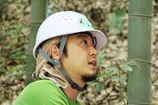 竹を倒す方向を慎重に見極め中。