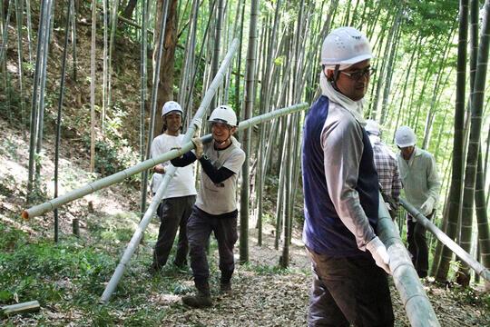 切った竹や枝はすべて運び出します。運搬作業ではパパたちが大活躍!