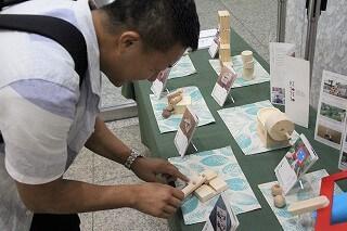▲木育おもちゃの展示には「ぱる★キッズ足立」の稲垣園長も夢中!