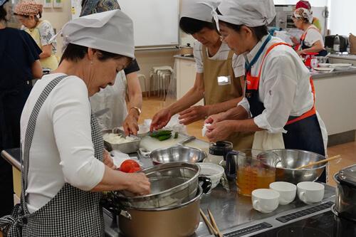 参加者のみなさんで分担して手際よく調理。