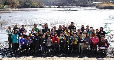 七井橋を背に記念撮影