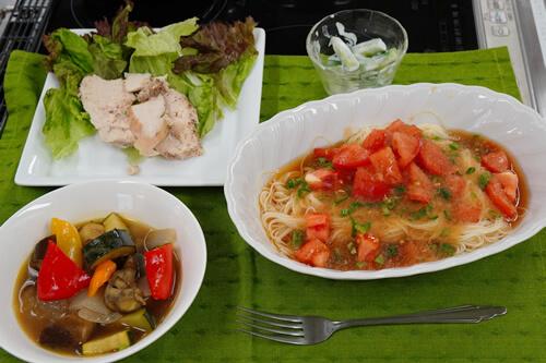 当日のメニュー:和風冷製パスタ、蒸し鶏のスライス、ラタトゥイユ、ヨーグルトの即席漬け