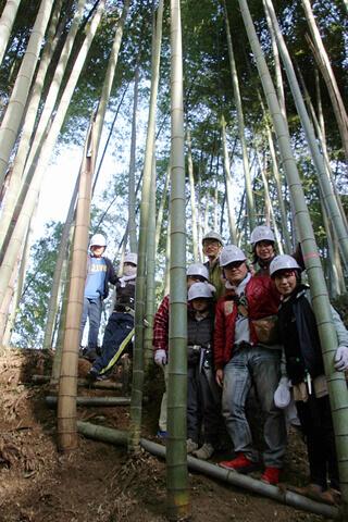 熟練度に応じた班分けで3エリアを分担。こちらの班は皆初参加ながら見事、尾根へと続く階段と小路を仕上げました。