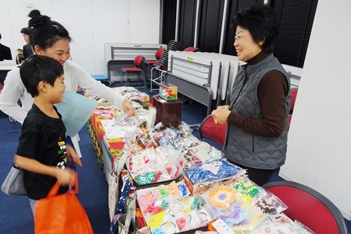 東北で被災された方々がつくった復興応援の手づくり小物の販売。色彩豊かな小物がズラリ。