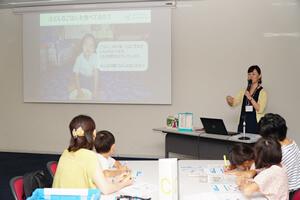 講師の鈴木晶子さんからのクイズ出題:世界ではどのくらいの子どもが小学校に通えていないのでしょうか? 答え:11人に1人です。