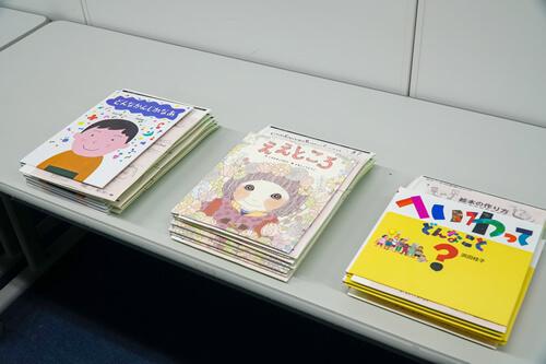 今回使用した絵本(左から)どんなかんじかなあ」自由国民社/「ええところ」学研プラス/「へいわってどんなこと?」童心社