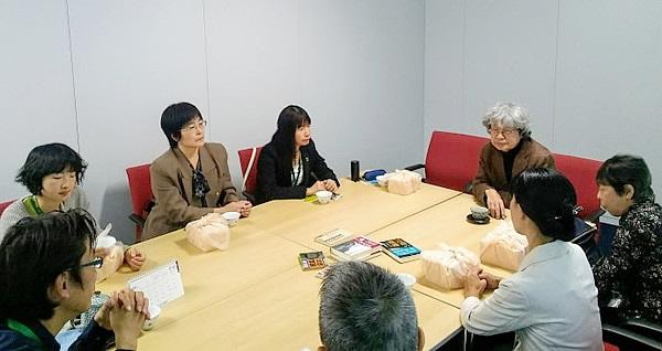 ▲式後には、パルシステム東京の環境・平和・復興支援を担当する理事・職員らとも懇談。