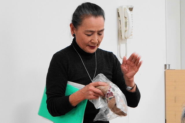ぬいぐるみはビニール袋に入れて重曹をふりかけ1日放置した後、固く絞ったタオルなどで拭く