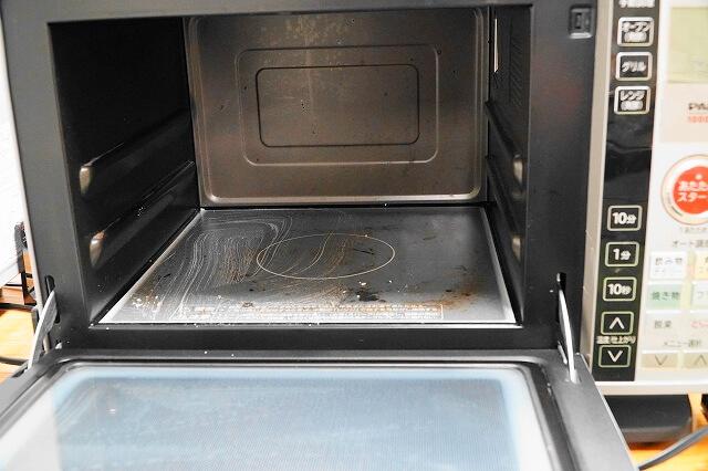 重曹+お湯で作った「重曹ペースト」は電子レンジ内の掃除にも。電子レンジ内に塗りつけた重曹ペーストを濡れた布巾で拭きとったら終了。
