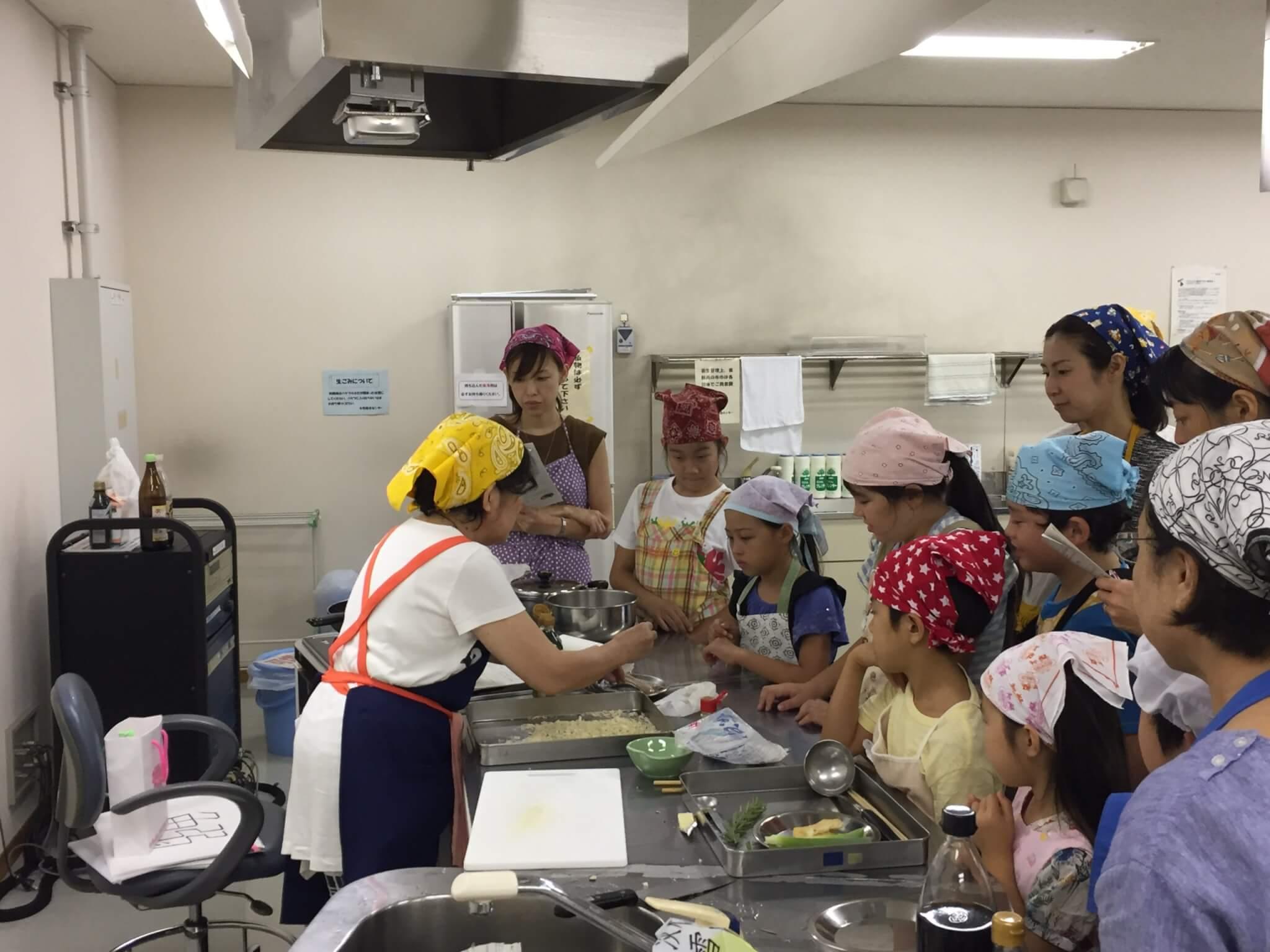 料理の作り方に、子どもたちは興味津々!