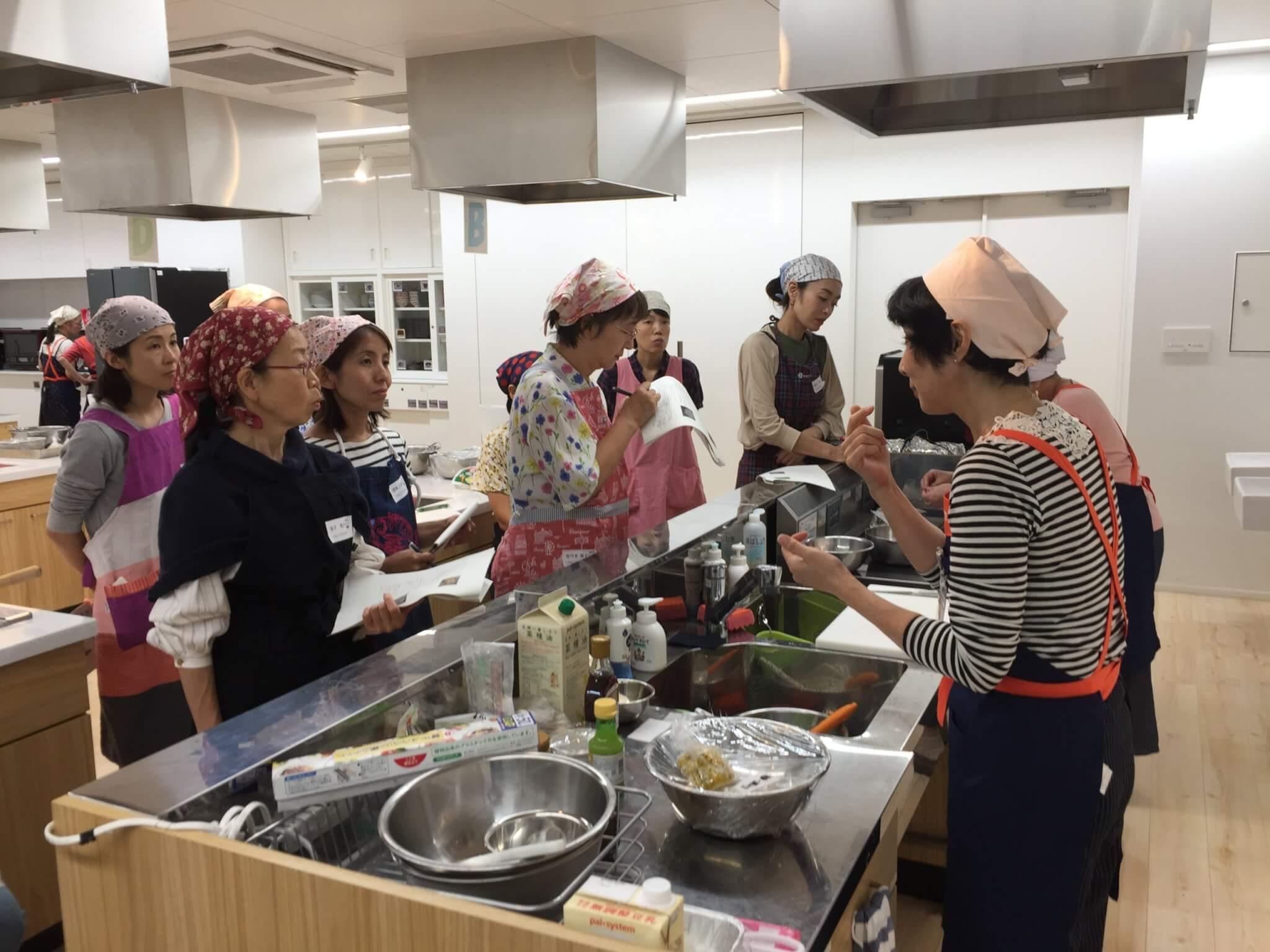 作り方を説明する食育リーダー・秋葉さん
