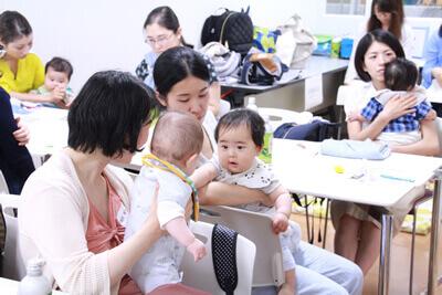 初めましての赤ちゃん同士、何やらおしゃべり。