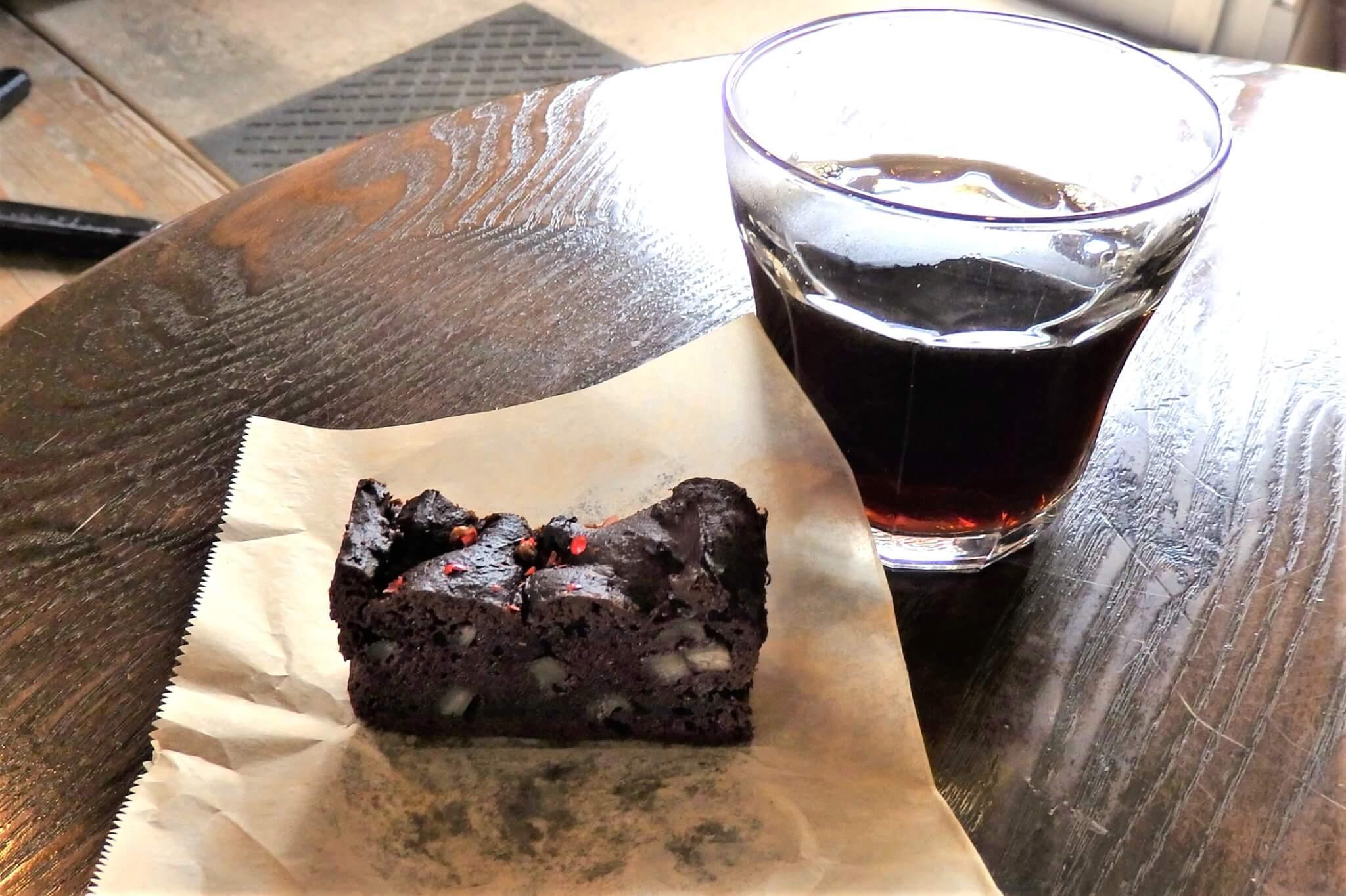 フェアトレードのコーヒーとカフェスローお手製の「ごぼうのショコラケーキ」
