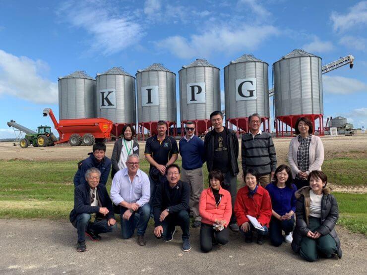 毎年組合員が現地を訪れ、生産者と信頼関係を深めてきました。集荷サイロの前で