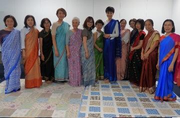 色とりどりのサリーから自分好みの一着を選んで着付け体験。階級によってサリーの種類が違うなど、バングラデシュの差別の現実も学びました。