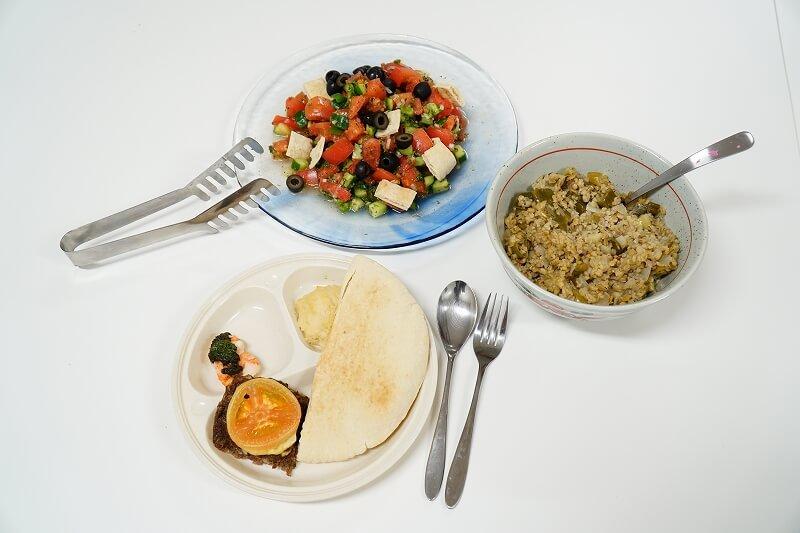 パルシステムでも取り扱いのある「パレスチナのオリーブオイル」を使ったパレスチナ料理。ファトウシ(サラダ)、シーニヤト・ラハム(挽肉のオーブン焼き)、フムス(ひよこ豆のペースト)。