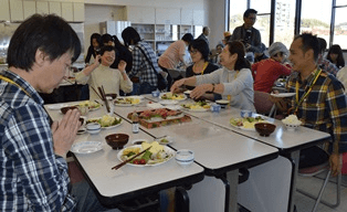 パルシステム福島の皆さん手作りのおかずと山菱水産のまぐろを食べながら交流