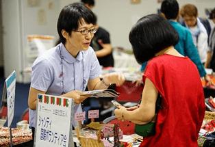 ▲シャンティ国際ボランティア会  ラオスやミャンマーなど東南アジアの布雑貨などを販売。色鮮やかなポーチやバックに目が奪われます。