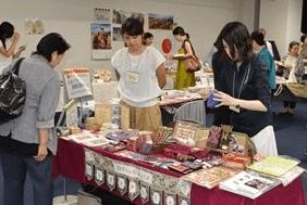 ▲パレスチナ子どものキャンペーン  パレスチナ・ガザ地区などで作られた雑貨類を販売。支援するろう学校の職業訓練生作られた布製品も。
