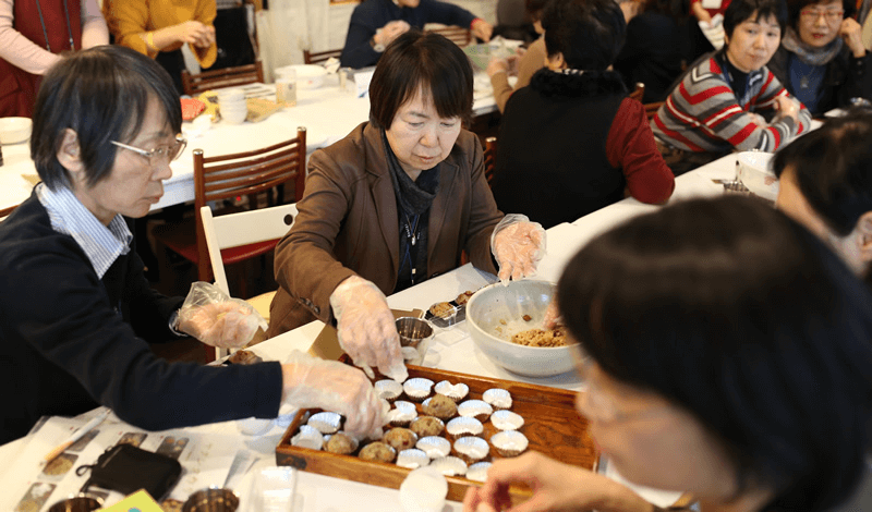 韓国の伝統菓子「ヤクシク」を一緒に丸めて