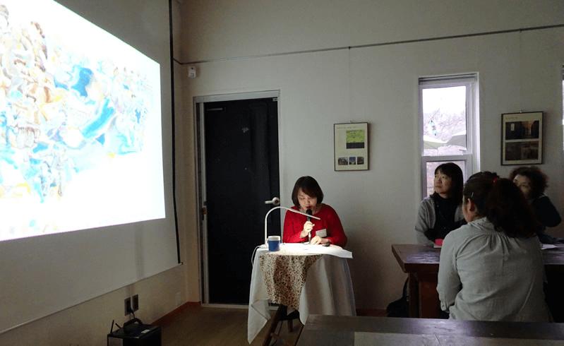 韓国の絵本「木の判子」をスクリーンで映しながら、日本語で朗読してくれました