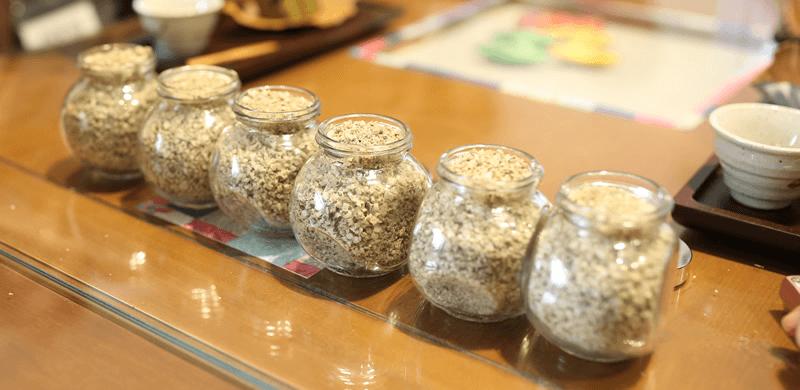 ごぼうの葉液と塩を炒めます
