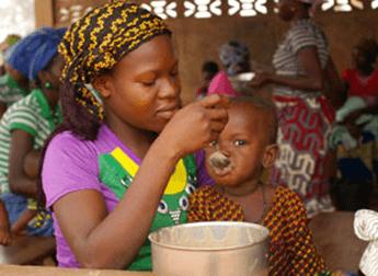 ©ハンガー・フリー・ワールド  5歳未満児の栄養不良児と母親を対象にしたワークショップの様子(ベナン)