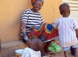 ©ハンガー・フリー・ワールド  赤ちゃんに栄養粥を与えるお母さん