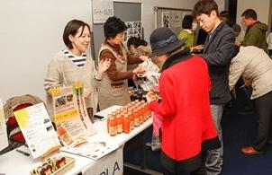会場では、被災地支援を続ける団体による応援商品の販売も