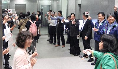 パルシステム東京の役職員が韓国の国旗を振ってドゥレ生協の皆さんを歓迎  !