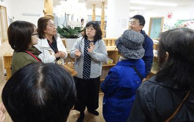 パルシステム東京の福祉事業(介護と保育)について熱心に説明をきいてます