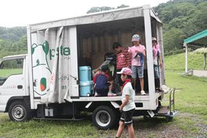 バーベキューの食材を運んできた配送センターのトラック