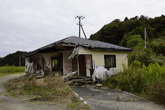 富岡駅周辺。津波に流され、放置されたままの家屋、自動車等、ゴーストタウンに…