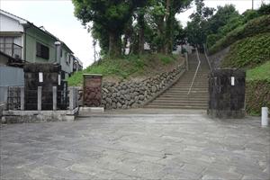 山王神社の二の鳥居 凄まじい爆風により、爆心地側が倒壊し、片側だけが残ります