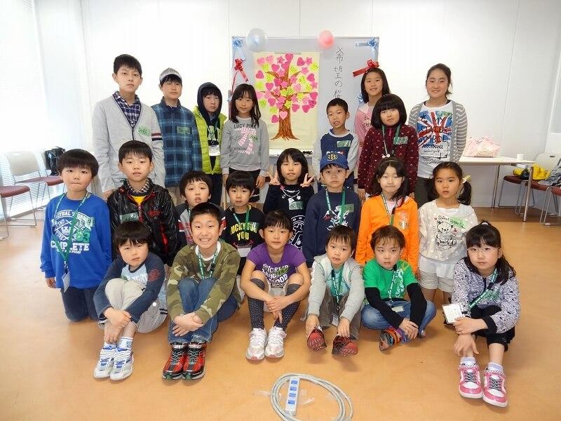 子どもたちで桜の木のメッセージを完成