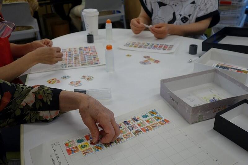 未使用切手を貼る作業をする組合員ボランティア