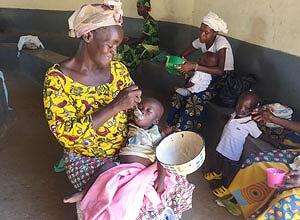 ◆栄養粥を子どもに与える母親