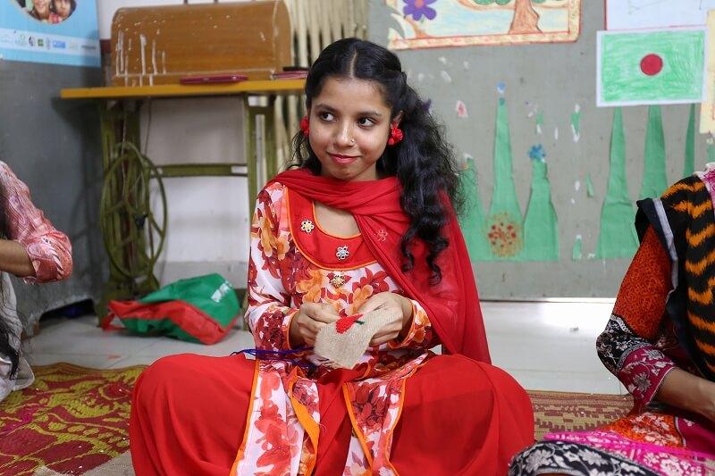 ◆刺繍のトレーニングをする少女