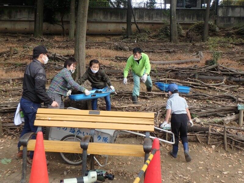 浸透地の泥かき作業