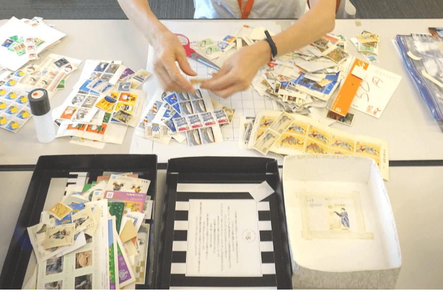 私たちが送った切手の仕分けボランティアを体験!日本国際ボランティアセンター