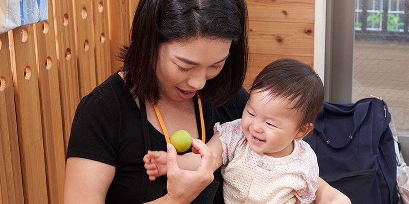 梅の実にふれて、香りをかいで。0歳児も五感をひらく食育体験。産地直伝・初夏の梅しごと